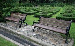 Bänk i trädgårdarna Arkivbild