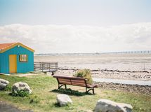 Bänk nära stranden Royaltyfri Fotografi