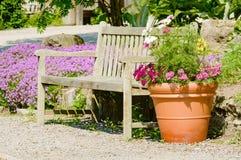 Bänk och blomkruka Royaltyfria Foton