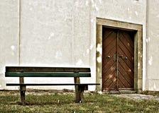 Bänk och dörr Royaltyfria Bilder