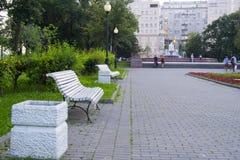 Bänk- och kullfacket i en Moskva parkerar Fotografering för Bildbyråer
