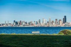 Bänk och Seattle horisont Fotografering för Bildbyråer