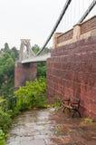 Bänk på Clifton Suspension Bridge i Bristol Royaltyfri Foto