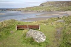 Bänk på den Glencolumbkille stranden; Donegal Arkivbilder