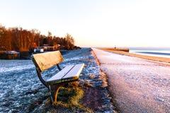 Bänk på diket på Wilhelmshaven Royaltyfri Bild