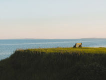 Bänk på kullen för grönt gräs Royaltyfri Bild