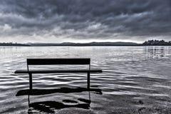 Bänk på sjön av Varese Arkivbilder