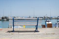 Bänk pÃ¥ stranden och fartygen fotografering för bildbyråer
