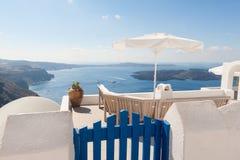 Bänk på terrassen som förbiser calderaen av Santorini Grekland Royaltyfri Foto