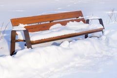 bänk räknad snowing vinter för parkplatssnow Royaltyfria Bilder