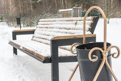 bänk räknad snowvinter trees för park för den dagfrostjanuari naturen övervintrar snöig Royaltyfri Bild