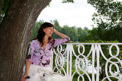 bänk som drömm den mogna kvinnan royaltyfri fotografi