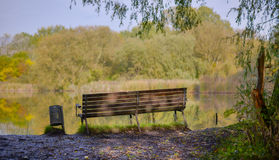 Bänk som förbiser en sjö Royaltyfri Fotografi
