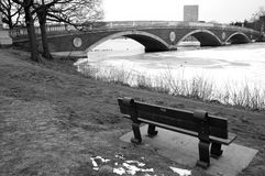 bänk som förbiser floden Arkivbilder