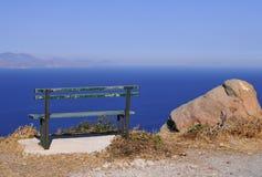 bänk som förbiser havet Royaltyfri Fotografi