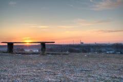Bänk som förbiser morgonlandskap Royaltyfri Fotografi