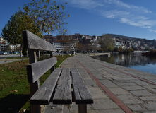 Bänk som ser sjön av Kastoria Grekland Arkivbild