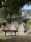 Bänk under träd av den gamla stadstången, Montenegro Arkivfoton