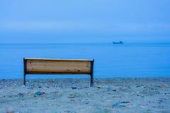 Bänk vid havet Arkivfoto