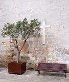Bänkar framme av kyrkan Royaltyfri Foto