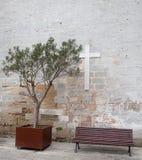 Bänkar framme av kyrkan Royaltyfri Bild