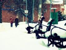 Bänkar i vinter i snön Arkivbilder
