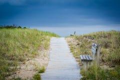 Bänkar längs en gångbana över sanddyn till stranden i Seabrook Royaltyfria Bilder