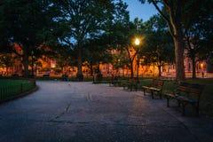 Bänkar och gångbana på Logan Circle på natten, i Washington, DC arkivfoto