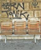 Bänkar och grafitti i bakgrunden Fotografering för Bildbyråer