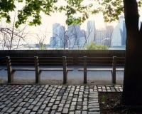 Bänkar och Manhattan horisont royaltyfria foton