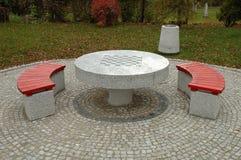 Bänkar och schacktabellen parkerar in Arkivbild