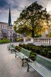 Bänkar och trädgårdar på Kapitoliumkomplexet i Harrisburg royaltyfria bilder