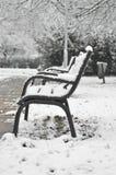 Bänkar under den insnöade vintern, i Budapest, Ungern Arkivfoto