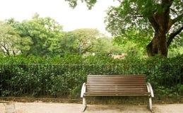 bänkbrown inget park royaltyfria bilder