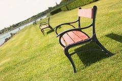 Bänke auf dem Rasen Stockfotos