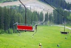 Bänke auf der Drahtseilbahn Stockfotos