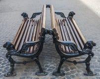 Bänke auf der Pflasterung in Lvov Stockfotografie