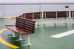 Bänke auf Hubschrauber-Auflage eines Kreuzschiffs Stockbilder