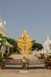 Bänke bei Wat Rong Khun, Chiang Rai, Thailand stockbilder