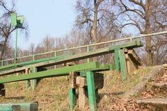 Bänke im Park im Frühjahr Stockbilder