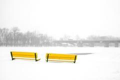 Bänke im Winter Stockfotos
