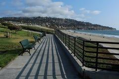 Bänke an Miramar-Park, Torrance State Beach, Los Angeles County, Kalifornien Stockbilder