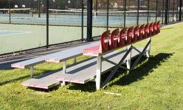 Bänke nahe bei Tennisplätzen stockfoto