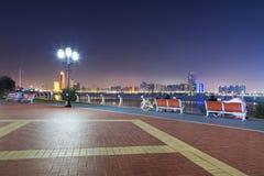 Bänke am Persischen Golf in Abu Dhabi nachts Stockfoto
