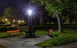 Bänken i ett mörker parkerar Fotografering för Bildbyråer
