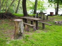 Bänken i parkerar vid en sjö, picknickområde royaltyfria bilder