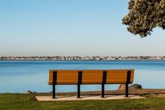 Bänken och trädet på Chula Vista Bayfront parkerar Arkivbilder