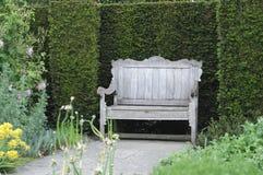 bänkengelskaträdgård Arkivfoto