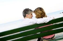 bänkpar mature romantiker arkivbilder