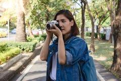 Bär asiatiska vänkvinnor för lycklig härlig handelsresande ryggsäcken Asiatiska kvinnor för ung vän som använder kameran till fra Arkivbilder